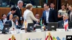 Grčki premijer Aleksis Cipras rukuje se sa nemačkom kancelarkom Angelom Merkel, na početku okuglog stola na samitu EU-CELAC u Briselu.