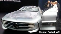IAA Fuarı'nda Mercedes'in yeni konsept aracını deneyen Almanya Başbakanı Angela Merkel