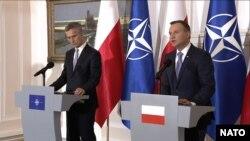 Le SG de l 'Otan, Jens Stoltenberg et le président polonais Adrzej Duda devant la presse avant le sommet de Varsovie.
