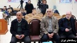 پرویز کاظمی (وسط) در میان دو متهم دیگر پرونده فساد مالی در بانک سرمایه که با وثیقه های چند میلیاردی آزاد شدند.