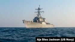 TƯ LIỆU: Tàu khu trục phi đạn điều hướng USS John Paul Jones (DDG 53) đi qua Vịnh Ả-rập, ngày 27 tháng 10, 2020. (U.S. Navy)