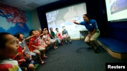 资料照:5到7岁的中国儿童在上海迪士尼英语学习中心上英文课。(2010年7月27日)