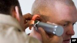 Menurut WHO, separuh dari seluruh kasus gangguan pendengaran bisa dicegah dengan mudah melalui diagnosis dini dan penggunaan alat bantu pendengaran yang dipasang melalui operasi (foto: dok).
