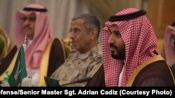 AQSh Mudofaa vaziri Eshton Karter (markazda), Saudiya Arabistoni ikkinchi valiahdi va mudofaa vaziri shahzoda Muhammad bin Salmon (o'ngda), Riyod, 19-aprel, 2016-yil