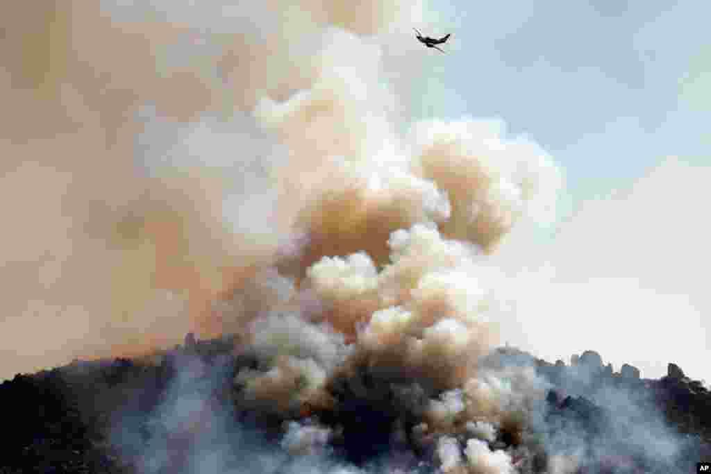 Un pequeño avión sobrevuela las llamas cerca de Banning, en California.