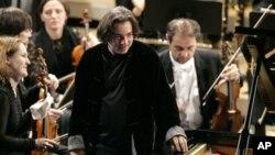 土耳其著名鋼琴家法佐.賽依(中)2009年在瑞士達沃斯舉行的世界加強論壇期間在一個音樂會上表演。