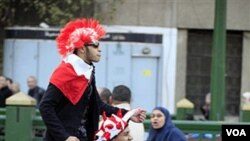 Warga Mesir merayakan mundurnya Mubarak di Lapangan Tahrir, Kairo.