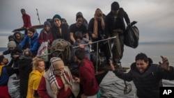 Des migrants arrivent sur l'île de Lesbos, le 16 novembre 2015. (AP Photo/Santi Palacios)