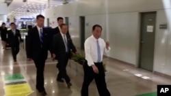 Kim Yong Chol (berkemeja putih), mantan kepala intelijen militer Korea Utara yang kini menjabat sebagai wakil ketua partai berkuasa di negara tersebut, berada di bandara Beijing, 29 Mei 2018.