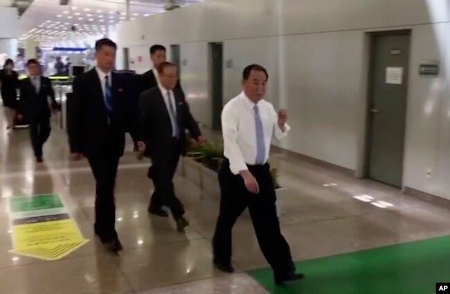 視頻截圖顯示朝鮮的第二號人物、勞動黨中央副委員長金英哲2018年5月29日出現在北京機場。