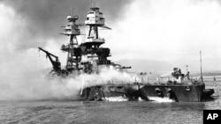 Эсминец «Невада» борется с пожаром, после японской воздушной атаки на Перл-Харбор. 7 декабря 1941.