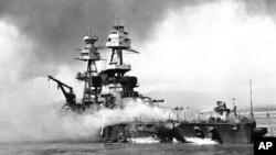Trong bức ảnh tư liệu được cung cấp bởi Hải quân Mỹ, các thuyền viên tàu chiến USS Nevada chống chọi với ngọn lửa trên tàu trong cuộc tấn công của Nhật Bản vào Trân Châu Cảng ngày 7/12/1941.