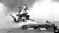 Kapal Angkatan Laut Amerika USS Nevada saat berperang melawan Jepang dalam serangan di Pearl Harbor, Hawaii. 7 Desember 1941 (Foto: dok)