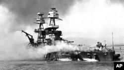 Kapal induk AS, USS Nevada di Pearl Harbor, mendapat serangan udara dari pesawat Jepang pada 7 Desember 1941 (foto: dok).