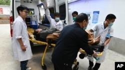 Petugas medis membawa korban gempa bumi di Zhaotong, Qiaojia County, provinsi Yunan, baratdaya China, 19 Mei 2020, ke rumah sakit. (Chen Xinbo/Xinhua via AP).