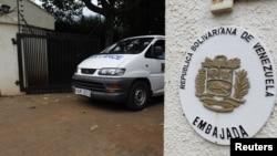 Un vehículo de la morgue con el cadaver de la encargada de negocios de la embajada de Venezuela en Nigeria, Olga Fonseca, sale de la residencia oficial, en Ruanda.