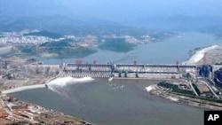 2003年6月3日的三峽大坝。三峡工程和三峡集团一再处于舆论的风口浪尖上