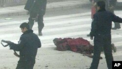 Ảnh do tổ chức Phong trào Quốc tế hỗ trợ cho Tây Tạng công bố cho thấy cảnh sát võ trang bao vây một vị sư tên Tapey khi vị này tự thiêu ở Aba