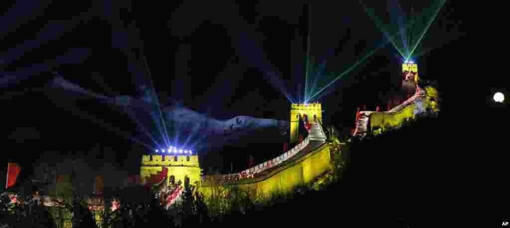 Cahaya sinar laser meramaikan perayaan malam tahun baru 2014 di kawasan Tembok Besar di Beijing, China.