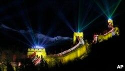 中国北京长城的激光烟火迎接新年的到来(2014年1月1日)