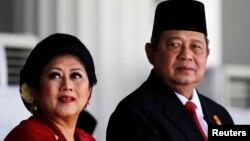 Ibu negara Ani Yudhoyono dan Presiden Susilo Bambang Yudhoyono saat menghadiri upacara Hari Kemerdekaan RI di Istana Kepresidenan, 17 Agustus 2014. (REUTERS/Beawiharta)