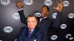 Regis Philbin (primer plano) y Michael Strahan bromean durante la fiesta de lanzamiento de la cadena Fox Sports 1.