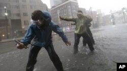 Ուսանողները Նոր Օռլեանում չափում են «Այզեք» մրրիկի քամու արագությունը