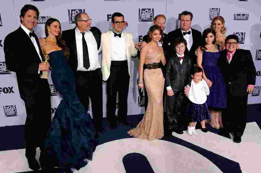 """Para pemeran serial televisi """"Modern Family"""" tiba di pesta yang diselenggarakan jaringan FOX setelah malam penghargaan Golden Globe, di Beverly Hilton, Los Angeles. Serial televisi ini memenangkan penghargaan Serial Televisi Terbaik untuk kategori Komedi"""