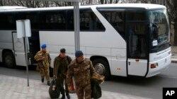 عکس ارشیوی اعضای تیم سازمان امنیت و همکاری در اروپا در راه دونتسک