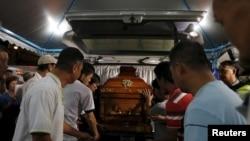 태국 방콕 테러 현장에서 사망한 말레이시아인 희생자의 시신이 20일 고향 마을에 도착했다.