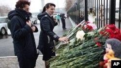 俄羅斯中部韃靼斯坦地區一架客機墜毀﹐民眾在喀山機場外擺放鮮花悼念。