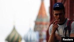 مردی در حال سیگار کشیدن در میدان سرخ مسکو