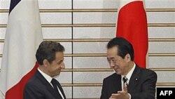 Thủ tướng Nhật Bản Naoto Kan chào đón Tổng thống Pháp Nicolas Sarkozy trước cuộc hội đàm tại Tokyo, ngày 31/3/2011