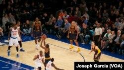 NBA: Les knicks face aux Cavaliers à New York ; 13 novembre 2015 (Photo VOA/Joseph Garcia)