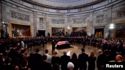 Người tiếc thương đứng quanh linh cữu của cố Thượng nghị sĩ John McCain trong Đại Sảnh Điện Capitol nơi ông được quàn đến hết ngày thứ Sáu, ở Washignton, ngày 31 tháng 8, 2018.