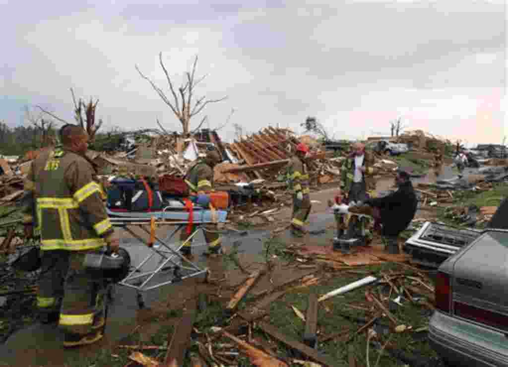 Equipos de rescate de Birmingham atienden a un hombre que resultó herido en el tornado de Pratt.