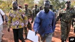 Komandan tinggi Tentara Perlawanan Tuhan (LRA), Dominic Ongwen (kemeja biru) akan diadili di ICC, Den Haag (foto: dok).