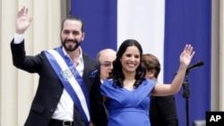 El recién juramentado presidente de El Salvador, Nayib Bukele, y su esposa Gabriela saludan durante las actividades inaugurales en la Plaza Barrios en San Salvador, el sábado 1 de junio de 2019.