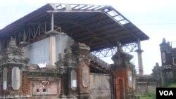 Gedung Olahraga Ngurah Rai, fasilitas olahraga tertua di Bali, yang memerlukan renovasi total. (VOA/Muliarta)