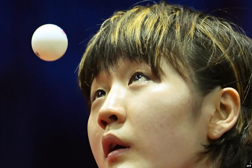 Китаянка Чен Мен смотрит на мяч, когда она играет против Сингапура Синь ру Вонг во время их женского одиночного матча на чемпионате мира по настольному теннису Liebherr 2019 ITTF в Будапеште, Венгрия.