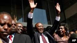 Novoizabrani predsednik Kenije Uhuru Kenjata maše svojim pristalicama u Najrobiju posle objavljivanja zvaničnih rezultata izbora