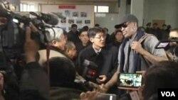 26일 북한 평양 공항에 도착해 취재진의 질문에 답하는 미국 NBA 출신 데니스 로드먼.