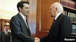 El líder izquierdista Alexis Tsipras (izquierda) saluda al presidente griego Karolos Papoulias, quien le ha pedido intentar formar un nuevo gobierno.