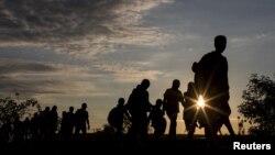 Người tị nạn đi dọc trên đường ray xe lửa ở Hungary sau khi vượt biên giới từ Serbia hôm 8/9.