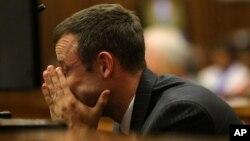 Oscar Pistorius escucha las repreguntas sobre el testimonio en que se describieron las heridas que causaron la muerte de su novia.