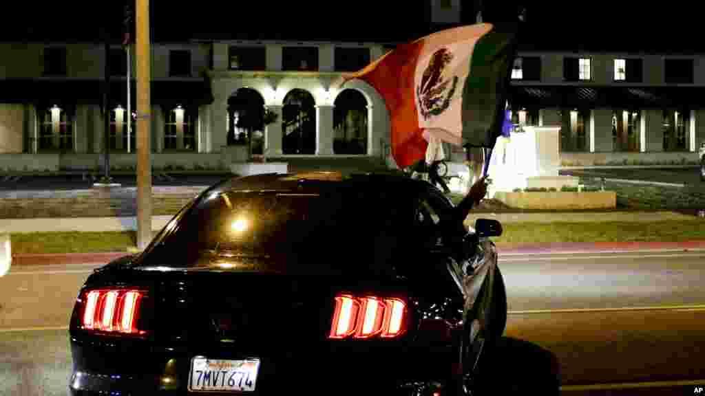 Une voiture au milieu de la rue en Californie, 28 avril 2016