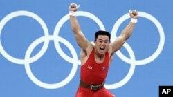 남자 역도 62kg 급에서 우승이 확정된 후 환호하는 북한 김은국 선수.