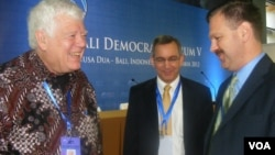 Jim McDermott, anggota Kongres AS (kiri) bersama Dubes AS untuk Indonesia, Scot Marciel, dalam acara Bali Democracy Forum (9/11)