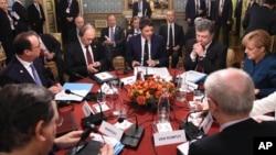 Từ trái sang: Tổng thống Pháp Francois Holland, Tổng thống Nga Vladimir Putin, Thủ tướng Italia Matteo Renzi, Tổng thống Ukraine Petro Poroshenko, Thủ tướng Đức Angela Merkel tại cuộc họp bên lề trong khuôn khổ hội nghị ASEM Á - Âu, 17/10/2014.