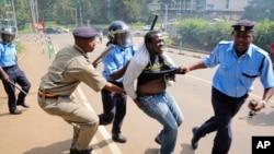 Polisi Kenya wakimkamata mwandamanaji 2015.